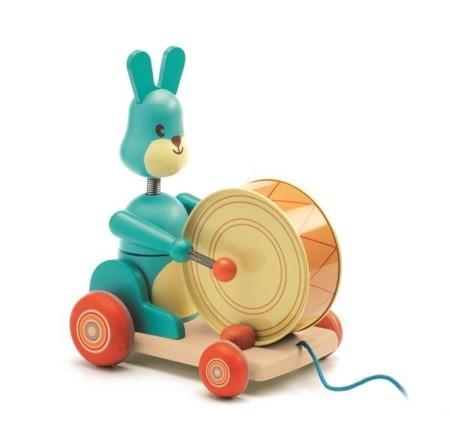 Drewniany króliczek do ciągnięcia - zabawka na sznurku z bębenkiem, DJECO DJ06251